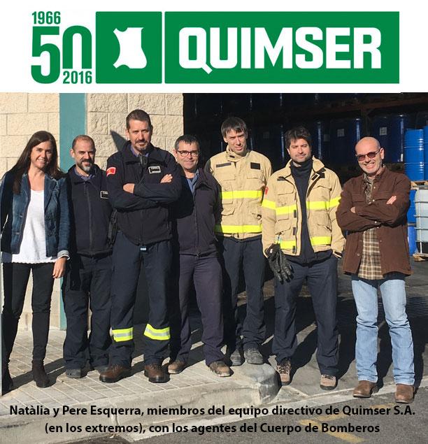 Natàlia y Pere Esquerra, miembros del equipo directivo de Quimser S.A. (en los extremos), con los agentes del Cuerpo de Bomberos.